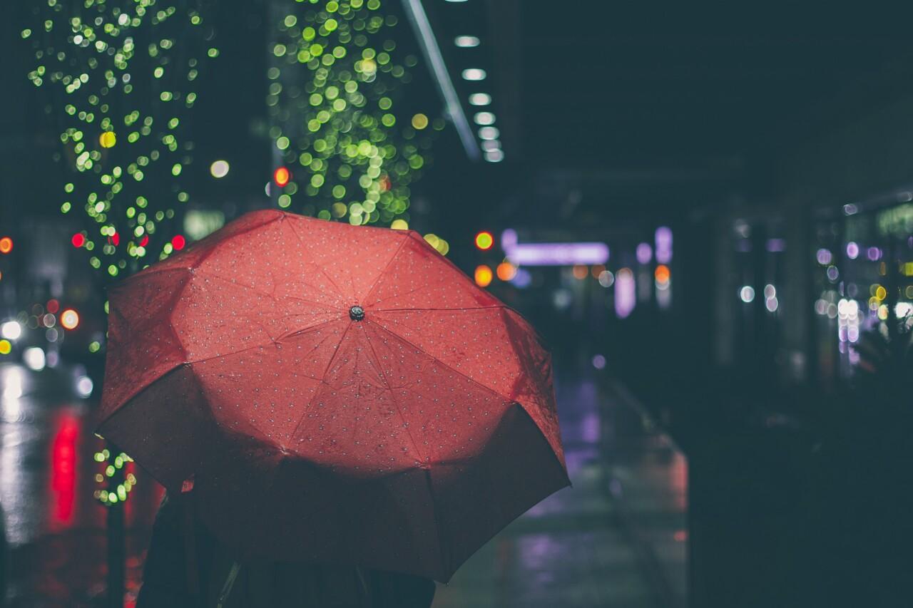 梅雨記事_傘をさす女性